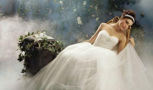 Rochie de mireasă tip prințesă cu voal