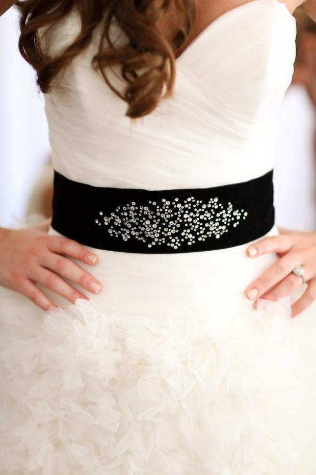 Rochie de mireasă cu curea neagră