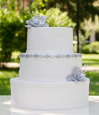 tort de nunta cu nuferi argintii